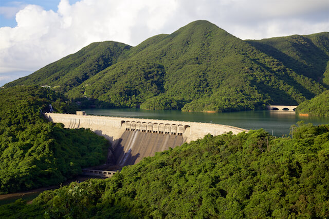 Tai Tam Group Of Reservoirs. Twenty-One structures (Together With The Bowen Road Aqueduct) Make Up The 88th Declared Monument. The Dam Wall And Valve House (1917) And One Of Four Masonry Bridges (1907) On The Tai Tam Tuk Reservoir.